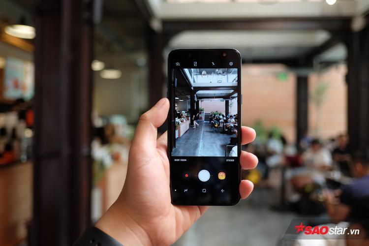 Galaxy A6 trang bị camera sau có độ phân giải 16 MP với khẩu độ lớn f/1.7, cho phép người dùng bắt được hình ảnh rõ nét trong điều kiện thiếu sáng mà không phải làm giảm đi chất lượng của từng khung hình.