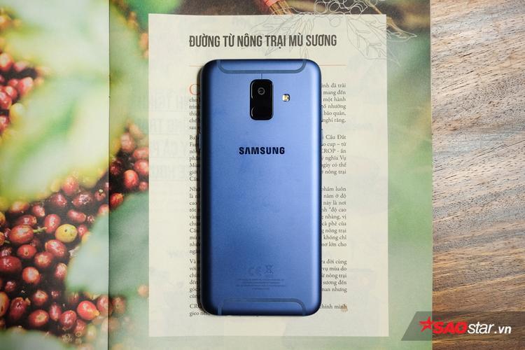 Galaxy A6 sở hữu ngôn ngữ thiết kế kim loại nguyên khối trẻ trung, mang lại trải nghiệm mượt mà, cảm giác cầm nắm thoải mái.