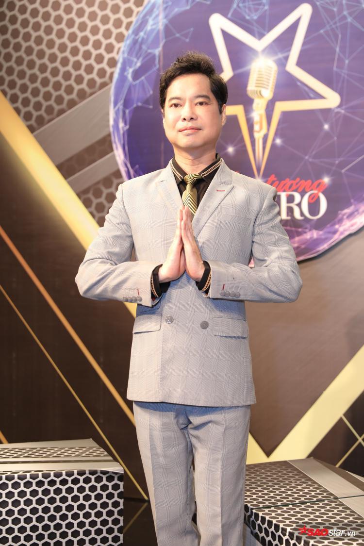 HLV Ngọc Sơn lại trung thành với vest xám lịch lãm.Anh là tượng đài âm nhạc của làng nhạc Việt và sở hữu hàng trăm ca khúc tự sáng tác cũng như nhiều ca khúc đánh dấu tên tuổi.