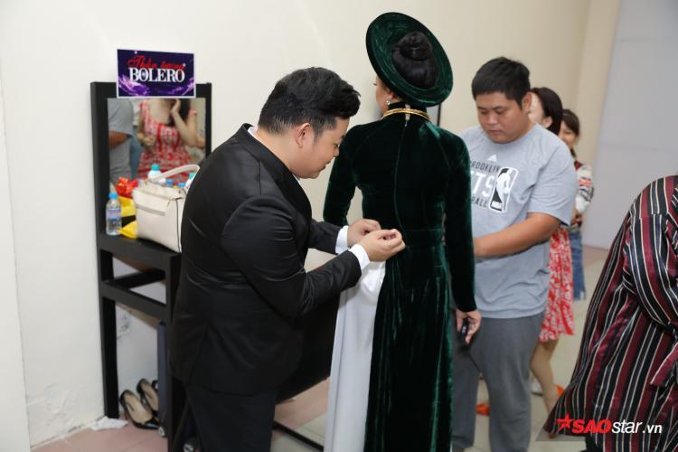 HLV Quang Lê tỉ mỉ chỉnh sửa trang phục cho HLV Như Quỳnh.