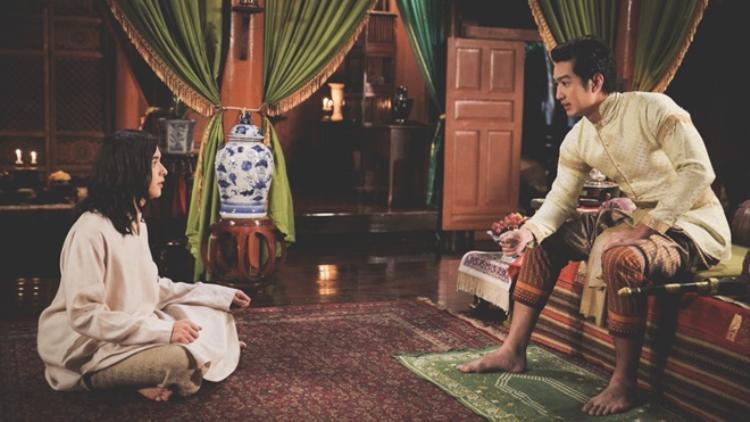 Thái giám tổng quan Ook Phra Si (James Jirayu) và đại thị vệ Ookya (Deaw Suriyon).