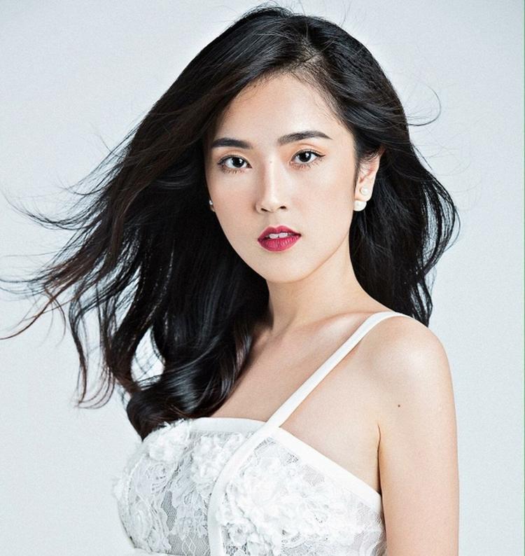 Misoa Kim Anh mặc dù có làn da mịn nhưng vẫn khiến mọi người choáng váng khi khoe hai túi đựng đồ nghề trang điểm mỗi khi ra đường.
