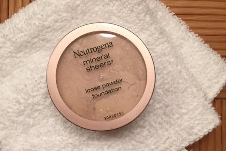 Phấn bột của Neutrogena được Neil Scibelli cho điểm cao ở kết cấu mỏng nhẹ, mang đến làn da trong trẻo. Sản phẩm có giá 13 USD (khoảng 300.000 đồng)
