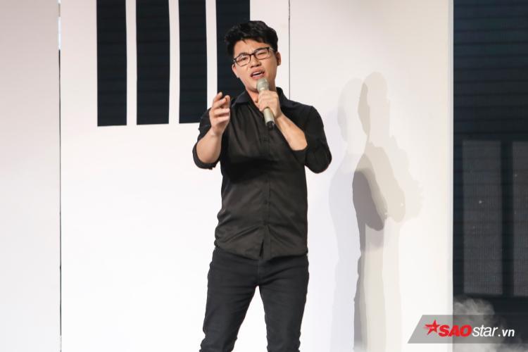 Duy Cường trình bày ca khúc Kẻ trắng tay.