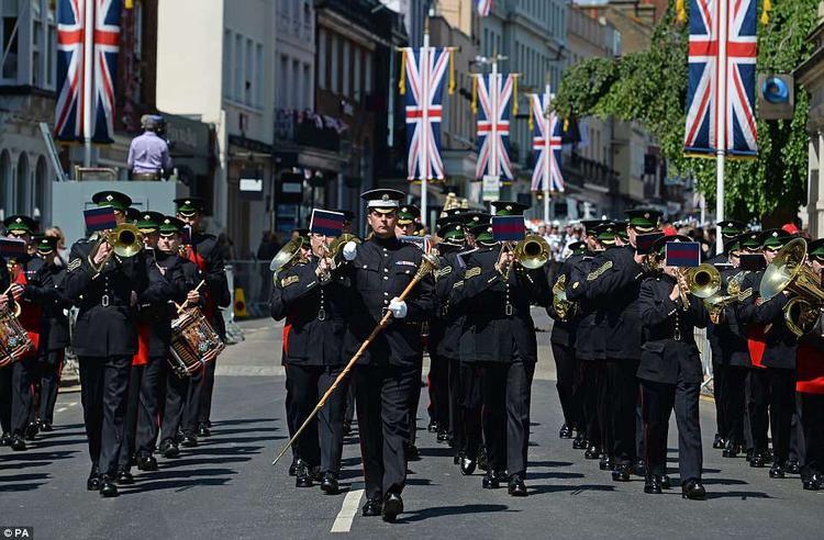 Ban nhạc thuộc đội lính gác Ireland. Ảnh PA