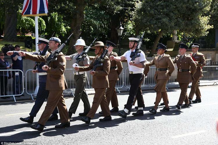 Sư đoàn Gurkha vác súng diễu hành.
