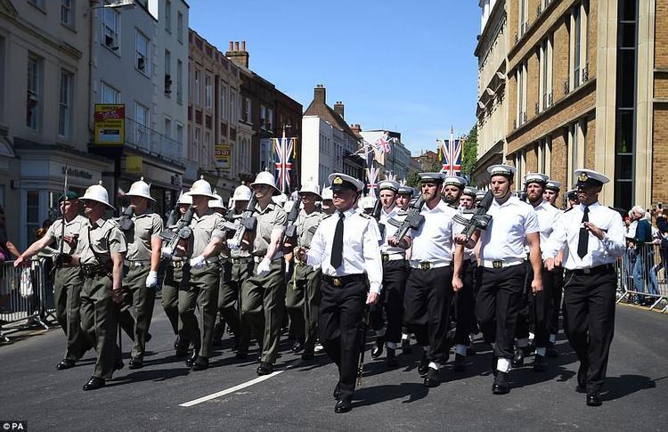 Lực lượng Không quân và Hải quân Anh quốc diễu hành song song. Ảnh PA