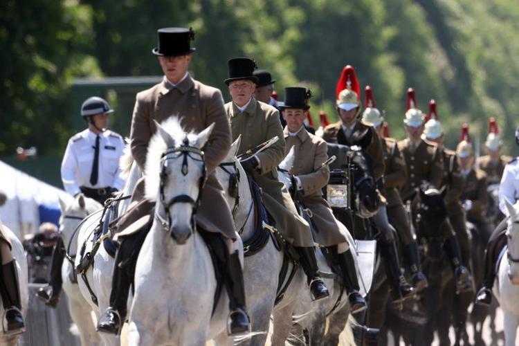Ngựa là con vật không thể thiếu trong đám cưới Hoàng gia Anh. Ban đầu, các thành viên của cả hai gia đình sẽ tụ họp trước nhà thờ để tiễn cô dâu chú rể lên xe ngựa, đi diễu hành khoảng 30 phút qua lâu đài Windsor rồi vòng về sảnh nhà thờ. ẢnhSWNS