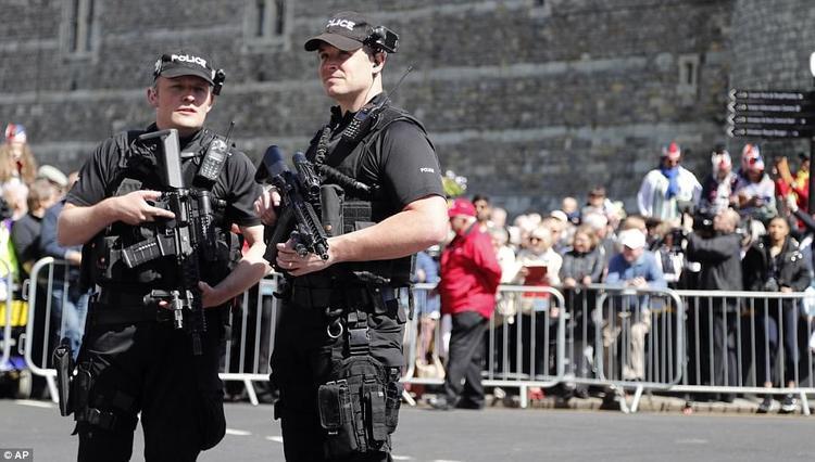Bên cạnh đó, còn có rất nhiều cảnh sát được huy động tới nơi tổ chức đám cưới để giải tỏa đường và đảm bảo an ninh triệt để cho sự kiện trọng đại này. Ảnh AP