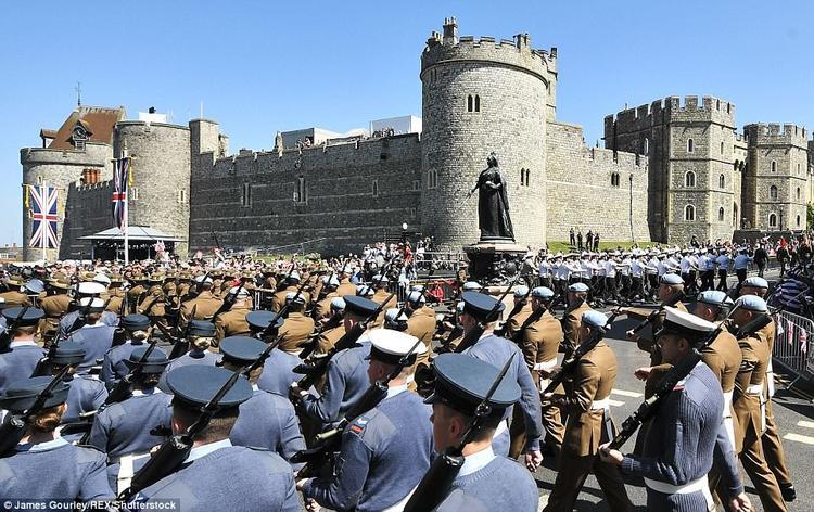 """Lực lượng quân đội Anh quốc được trang bị gươm, súng """"ngợp trời"""". ẢnhShutterstock"""
