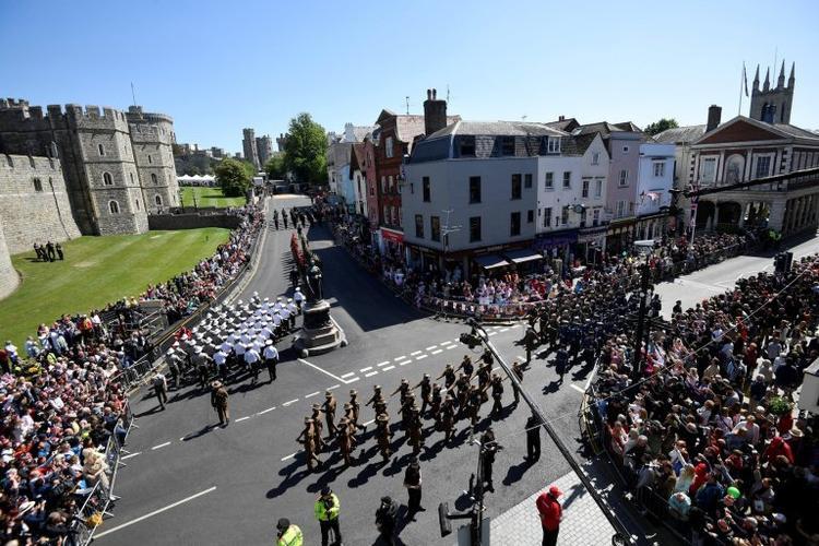 Toàn cảnh buổi diễn tập được chụp từ trên cao. Hàng trăm người đổ xô về lâu đài Windsor để xem buổi diễn tập. Ảnh Reuters