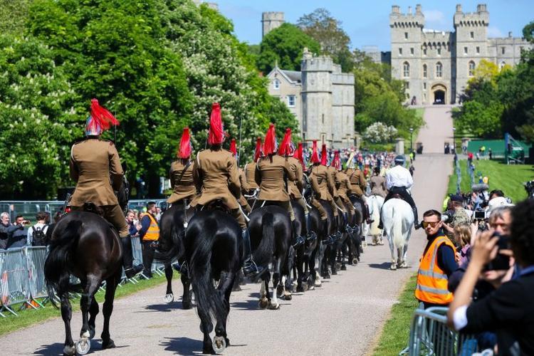 Một đoàn kỵ binh khác ngồi ngựa. Ảnh Reuters