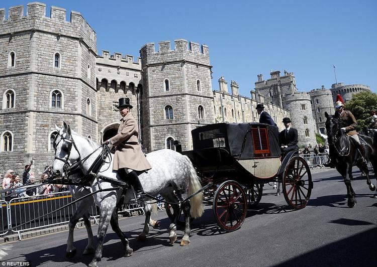 Cỗ xe ngựa Ascot Landau chở Hoàng tử Harry và Meghan đi diễu hành trong ngày trọng đại. Ảnh Reuters