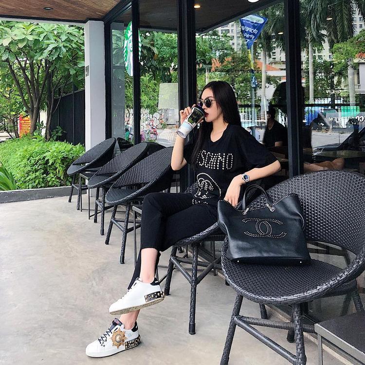 """Kỳ Duyên đăng tấm ảnh này lên trang cá nhân cùng chú thích """"dí dỏm"""" :""""Quyết tâm không để vào sao xấu"""". Với cả cây all-black thời thượng cùng loạt phụ kiện hàng hiệu như giày Dolce & Gabbana, áo phông Moschino, túi Chanel thì để tìm điểm chê cũng khó."""