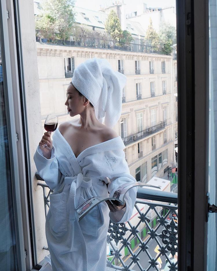 Chẳng hề thua chị kém em, hoa hậu Lam Cúc cũng có cho mình một tấm ảnh diện áo choàng tắm. Người đẹp còn kì công quấn khăn tắm lên tóc, tạo thành một điểm nhấn ấn tượng.