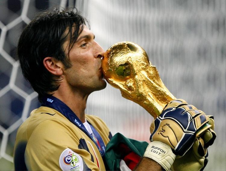 Gianluigi Buffon cùng chức vô địch World Cup 2006 (Ảnh: PA)