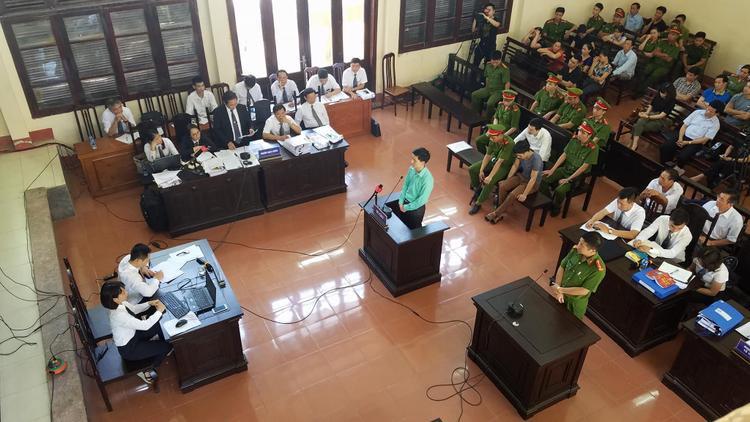 Các bị cáo khai tại tòa.
