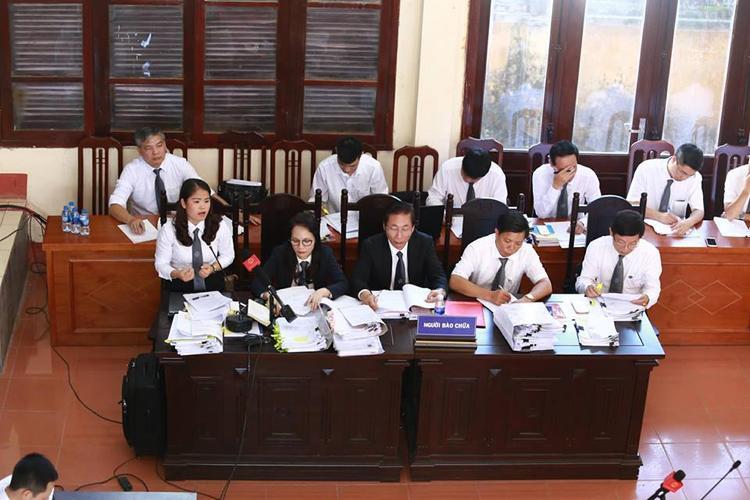 Nhiều luật sư thay nhau xét hỏi các bị cáo.