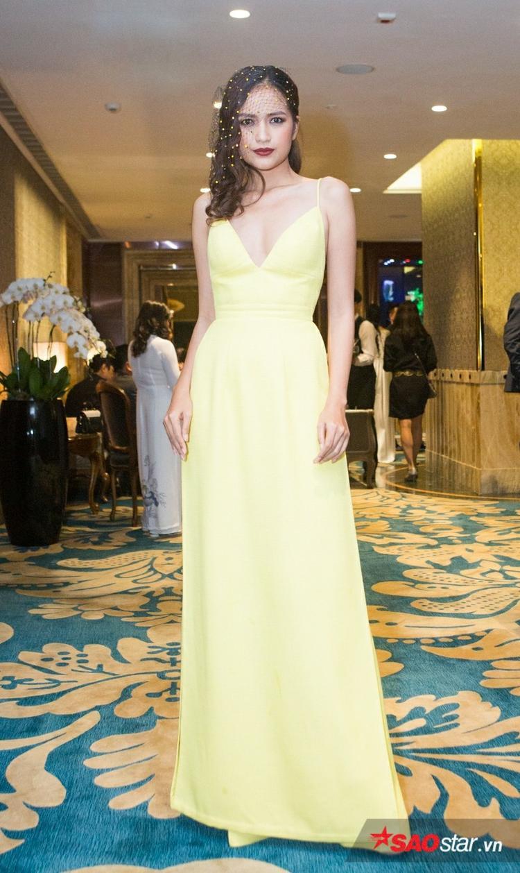 Ngọc Châu khoe dáng nuột trong thiết kế váy xẻ tà, có tông màu vàng nổi bật.