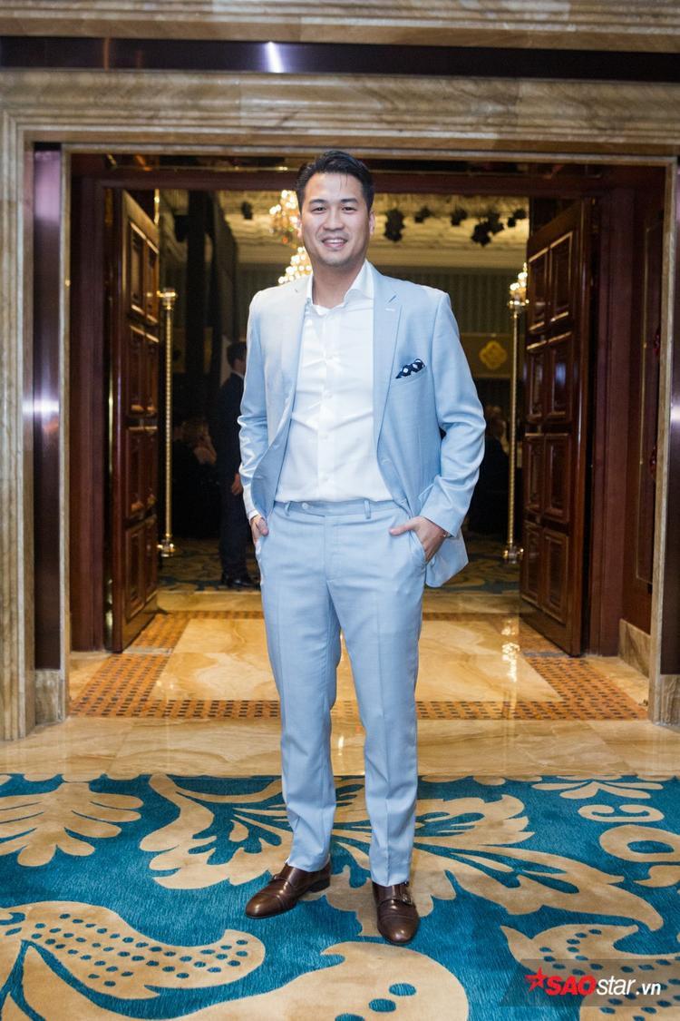 Em chồng Hà Tăng - Phillip Nguyễn ăn diện lịch lãm đến xem thời trang. Anh chọn cho mình cây suits màu xanh pastel nhẹ nhàng, tạo cảm giác trẻ trung.