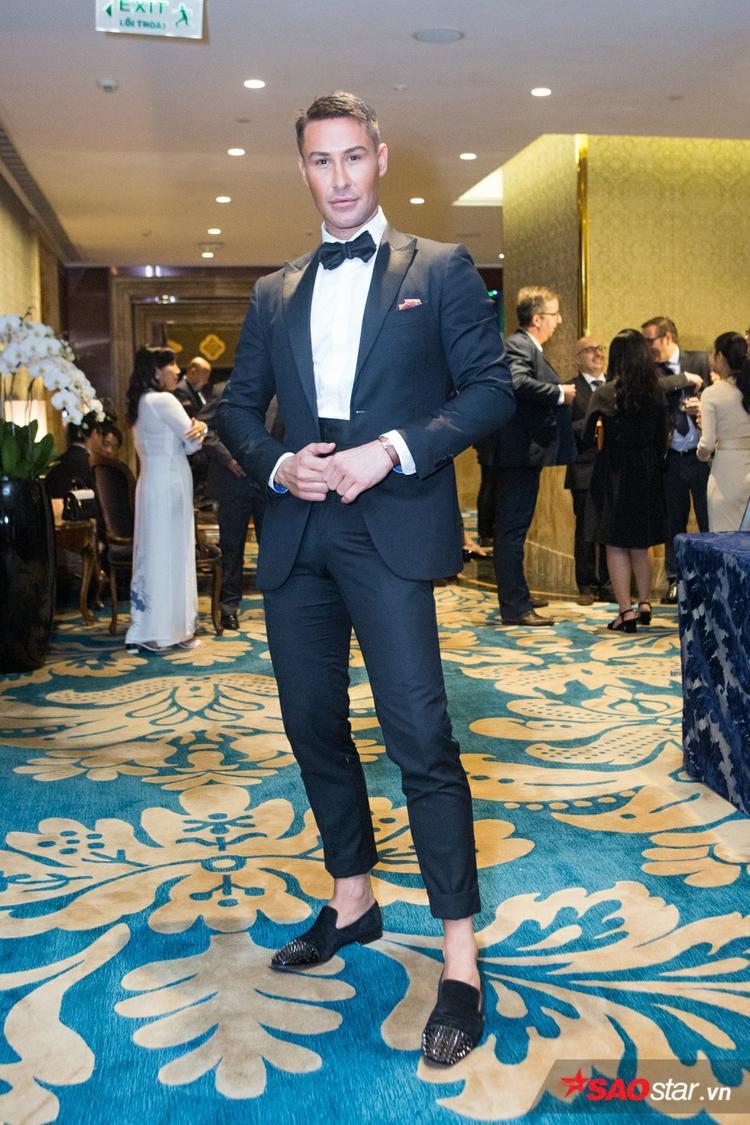 Cùng diện vest như nhiều khách mời khác, nhưng với cách phối cùng quần và băng nịt đã tạo nên vẻ ngoài mới mẻ cho chuyên gia catwalk - Adam Williams.