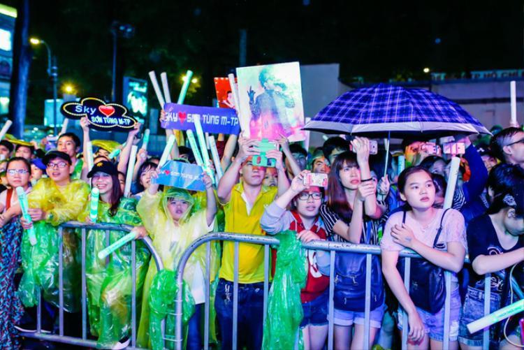 Hàng nghìn khán giả bất chấp mưa lớn vẫn tới nghe Sơn Tùng trình diễn… 1 ca khúc.