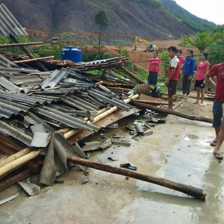 Lốc xoáy khiến một ngôi nhà bị đánh sập.