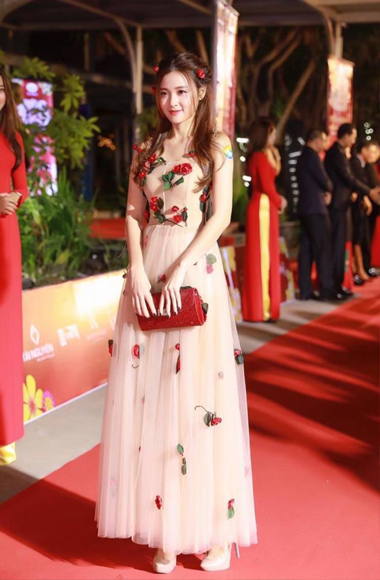"""Vẻ đẹp trong sáng, dịu dàng cùng chiếc đầm dài đã khiến Midu thật sự nổi bật giữa rừng """"mỹ nhân"""" Việt. Đó là lý do vì sao """"ngọc nữ màn ảnh"""" đã thu phục hàng vạn ánh nhìn về phía mình khi xuất hiện trên thảm đỏ sự kiện."""