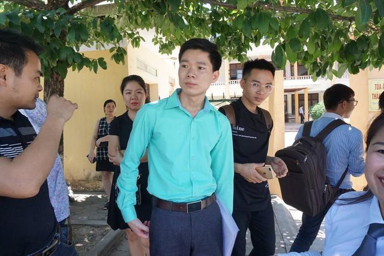 Hình ảnh bác sĩ Lương mặc áo màu xanh ngày 18/5.