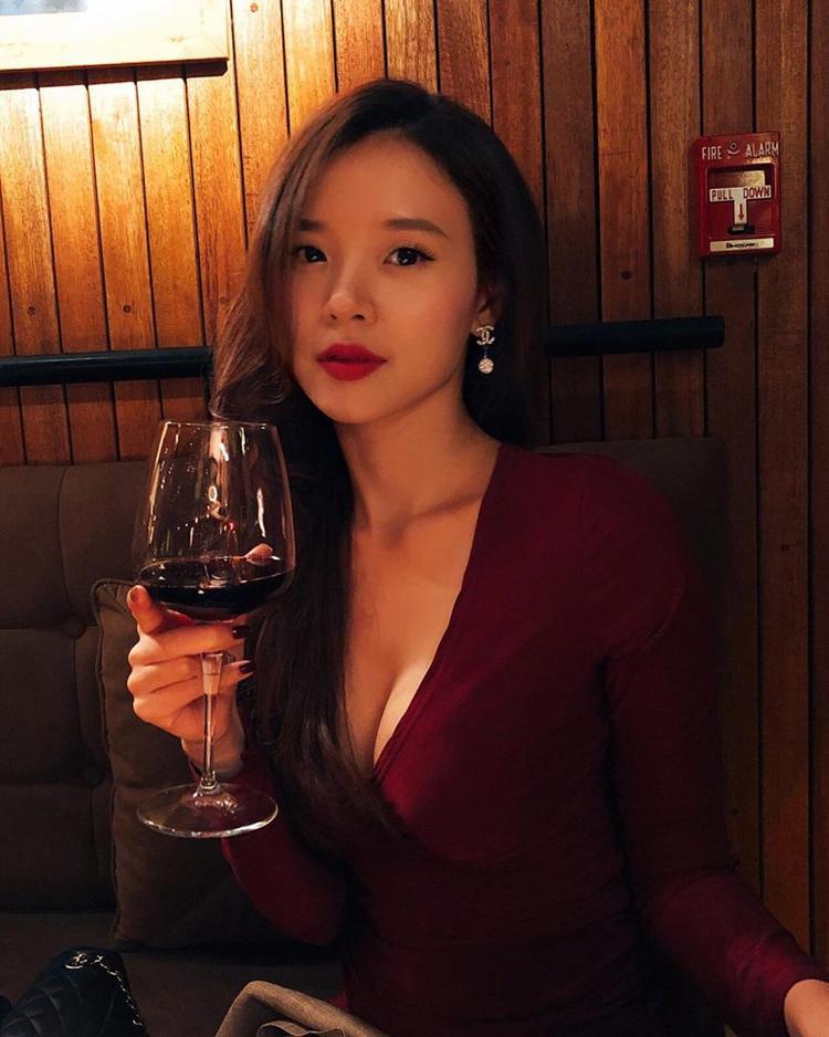 Trong những bức ảnh mới đăng tải trênFacebook,Miduxuất hiện với một chiếc váy ôm sát có phần cổ khoét sâu vô cùng sexy, quyến rũ.