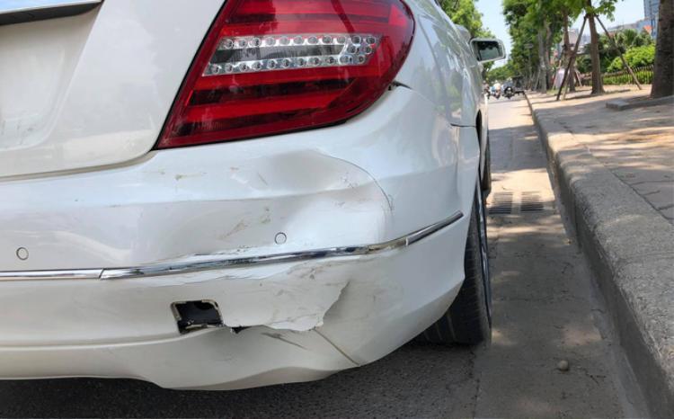 Sau va chạm, chiếc xe bị móp đuôi. Chi phí sửa chữa lên đến cả chục triệu.