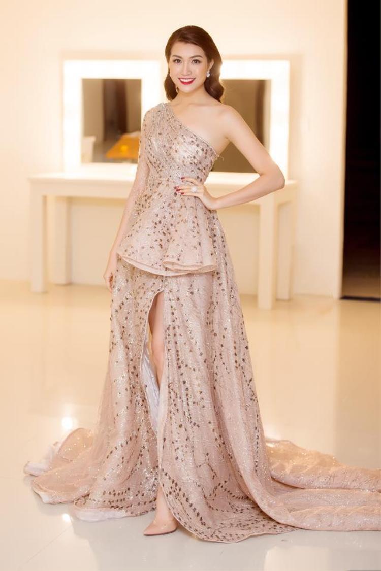 Hình ảnh Á hậu Lệ Hằng luôn được công chúng đón nhận dưới bàn tay của stylist Mì Gói.