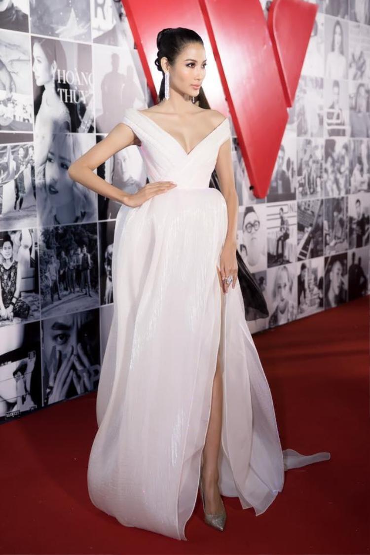 """Á hậu Hoàng Thùy từ một cô người mẫu cá tính, song qua bàn tay của Mì Gói cô trở thành một """"nữ hoàng sắc đẹp"""" thực sự. Phong cách của chân dài cũng vì thế mà được đón nhận hơn trước."""