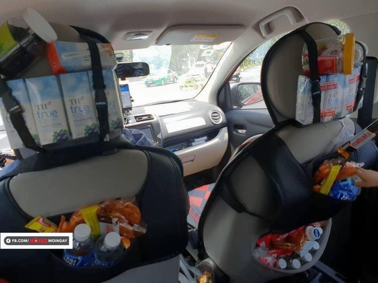 Chiếc xe chất đầy bánh kẹo, nước, sữa của tài xế Grab (Ảnh: Hóng)