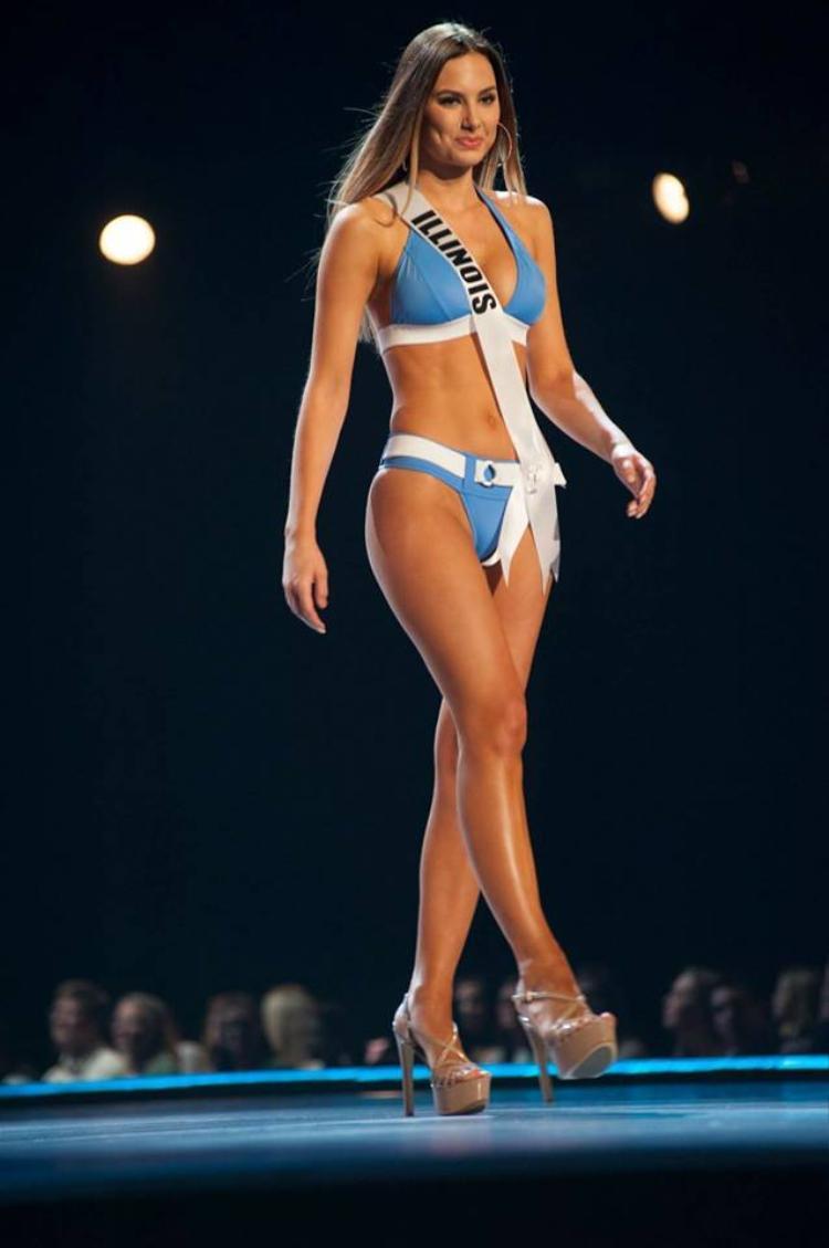 Hoa hậu bang Illinois - Karolina Jasko là cô gái đang nhận được sự quan tâm nhiều nhất trong dàn thí sinh Miss USA năm nay. Được biết, Karolina Jasko được sinh ra ở đất nước Ba Lan. Năm nay cô tròn 19 tuổi, cao 1m78. Vẻ đẹp châu Âu cổ điển, đài các của Karolina Jasko giúp cô tạo nên sự khác biệt và trở thành cái tên được nhắc đến nhiều nhất trên mạng xã hội trong cuộc thi năm nay.