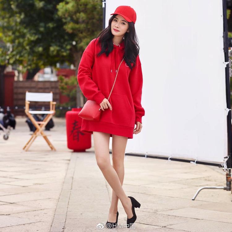 Nếu trên sân khấu cô nàng chỉ chuyên trị màu pastel thì với street style, Dương Mịch không ngại khoe cả cây đỏ rực như thế này.