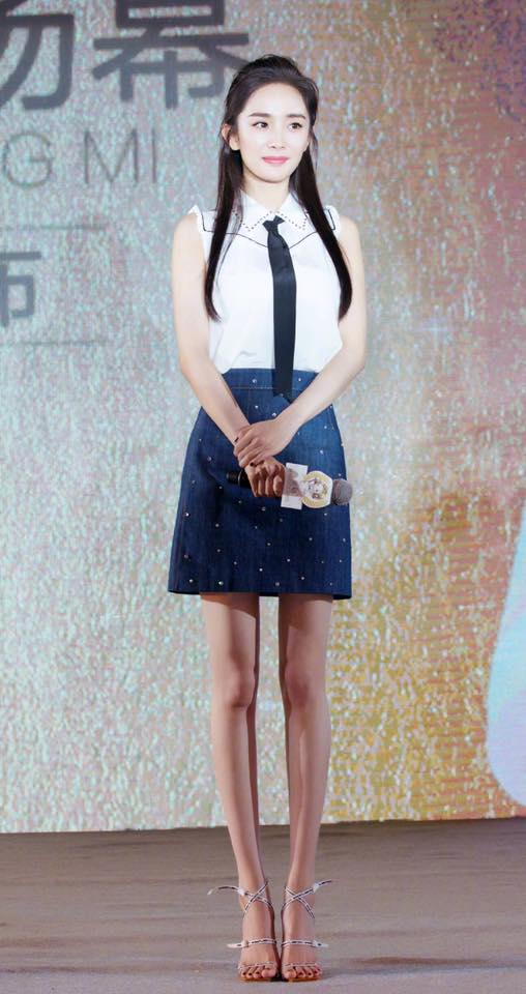 Diện chân váy jeans và áo trắng đơn giản, Dương Mịch trẻ trung như một nữ sinh đôi mươi.