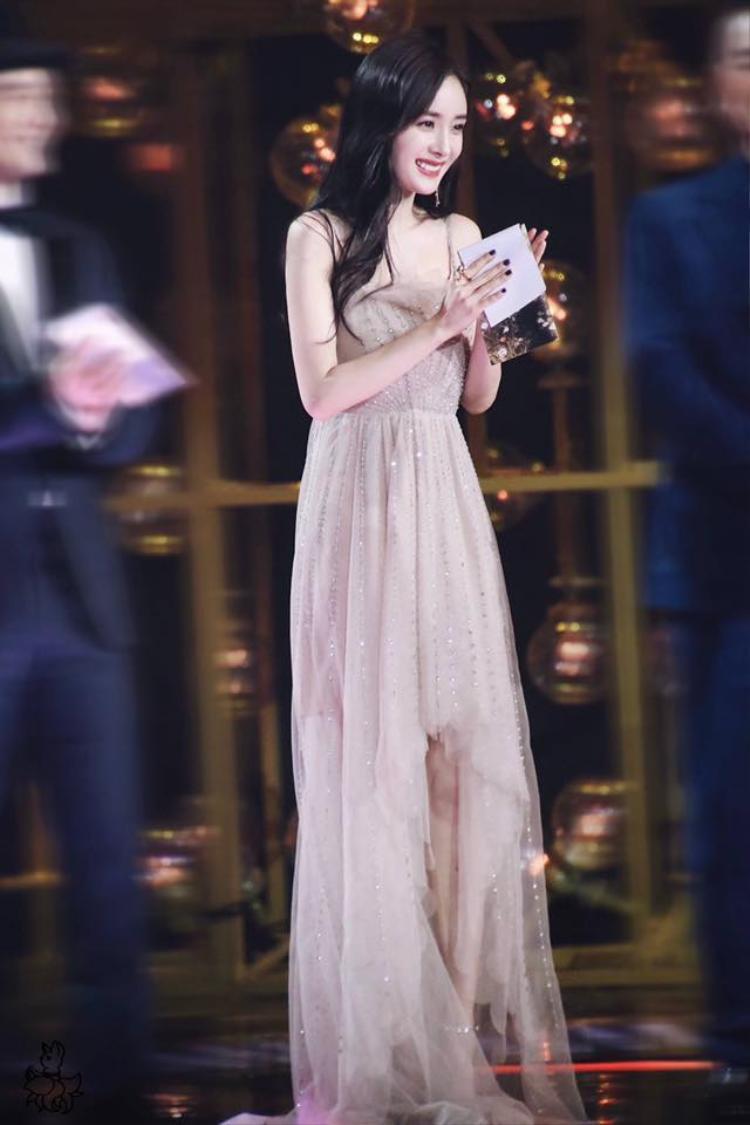 Nhìn Dương Mịch thật xinh đẹp và dịu dàng trong bộ váy hồng này.