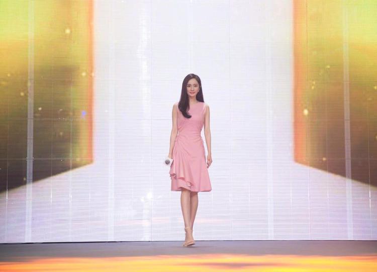 Chiếc váy màu hồng nhẹ nhàng này cũng rất phù hợp với dáng người mảnh mai của Dương Mịch.
