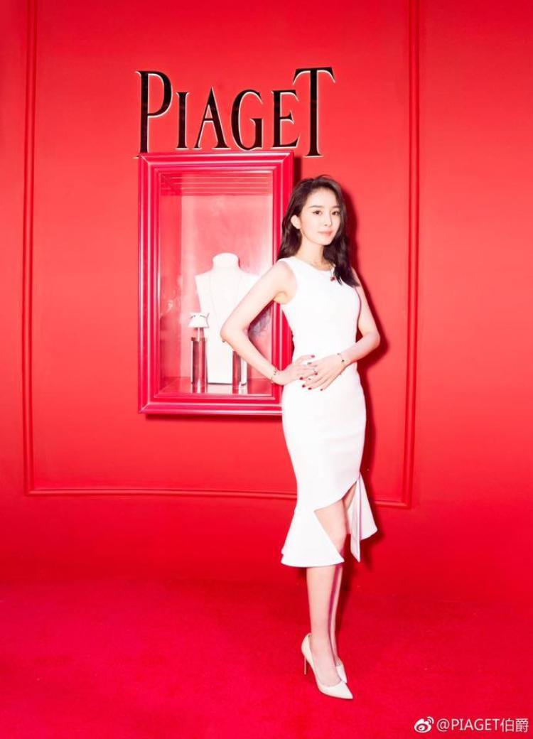 Tạo dáng kiêu kỳ với bộ đầm trắng, Dương Mịch khoe vóc dáng thon gọn trong mơ của mình.