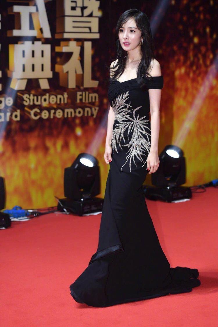 Ngay cả khi diện màu đen thì kiểu dáng váy Dương Mịch lựa chọn vẫn rất điệu đà, nữ tính.