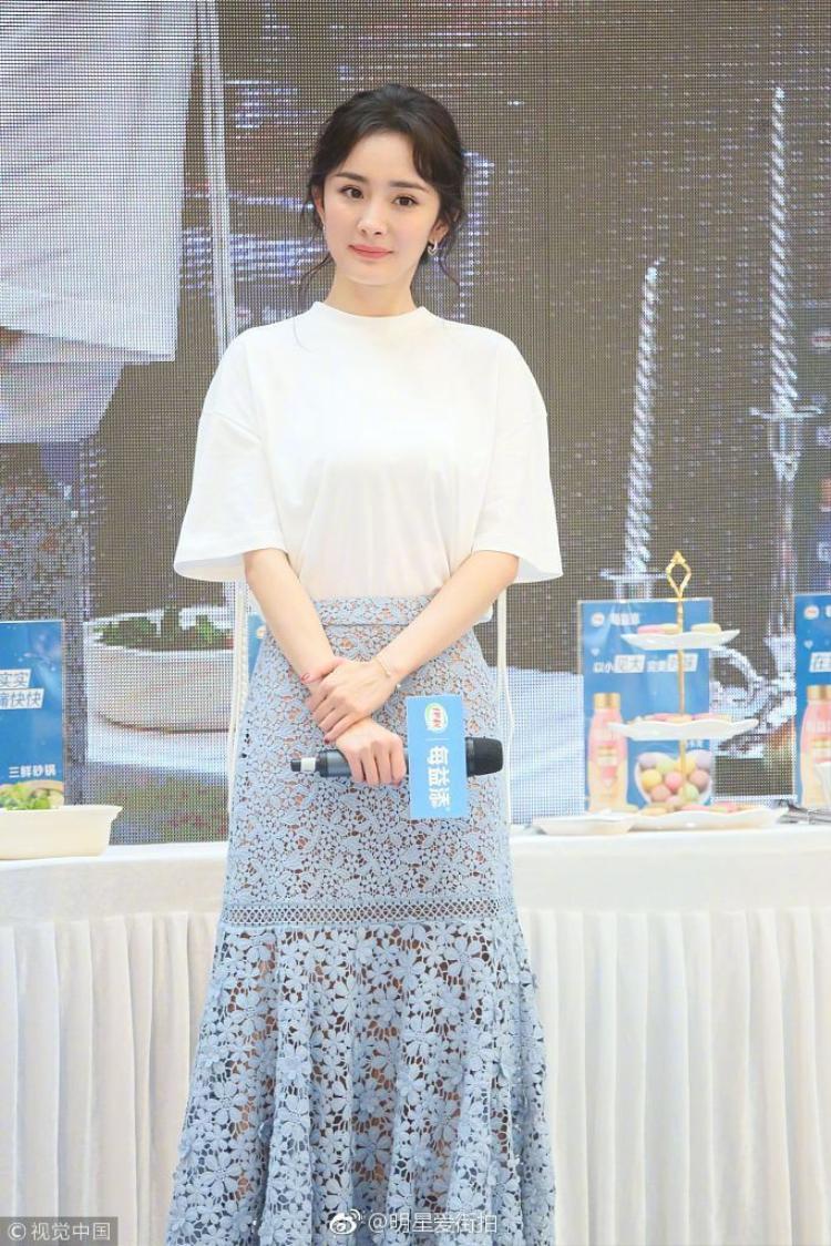 """Xuất hiện tại các sự kiện, Dương Mịch luôn chọn những bộ đầm nhã nhặn, màu sắc pastel dịu mắt. Không có chuyện cô nàng """"chặt chém"""" các người đẹp khác nhưng tài tình là vẫn luôn nổi bật."""