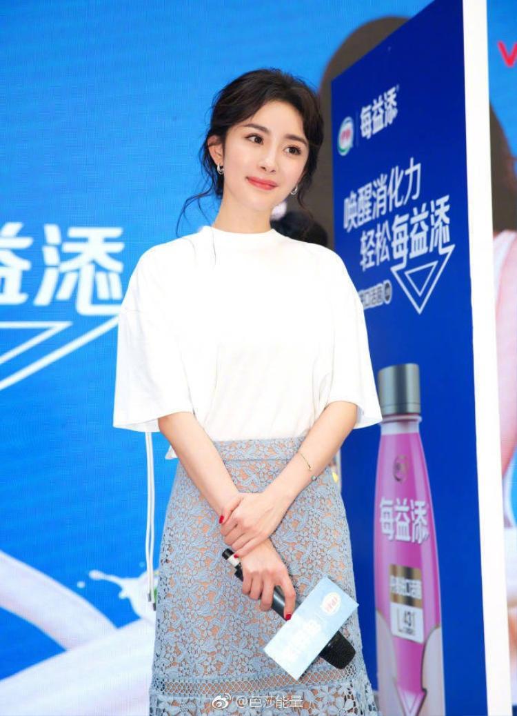 Các kiểu tóc của Dương Mịch để cũng đơn giản, chỉ buộc nhẹ hoặc đánh hơi rối một chút nhưng nhan sắc của cô vẫn nổi trội.