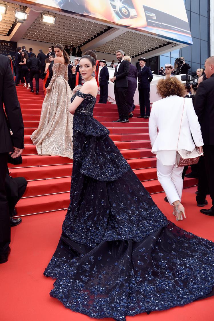 Chiếc váy có kiểu dáng giống như một chiếc đuôi công đầy ấn tượng.