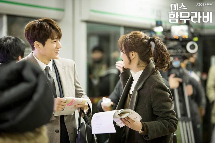 Bà chị Ara có thói quen đùa giỡn, đã làm gì mà khiến cậu em Myung Soo cười thế kia.