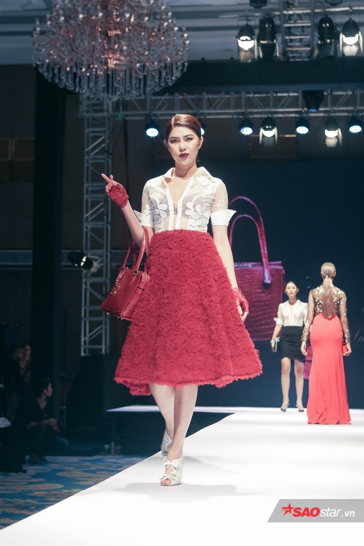 BST còn giới thiệu các thiết kế váy xòe bồng, mix cùng sơ-mi voan mỏng để lộ bra.