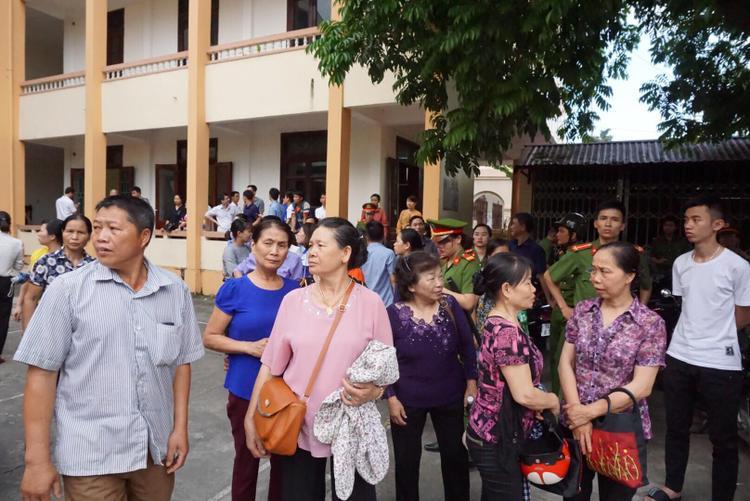 Phiên tòa thu hút rất đông người dân đến theo dõi.