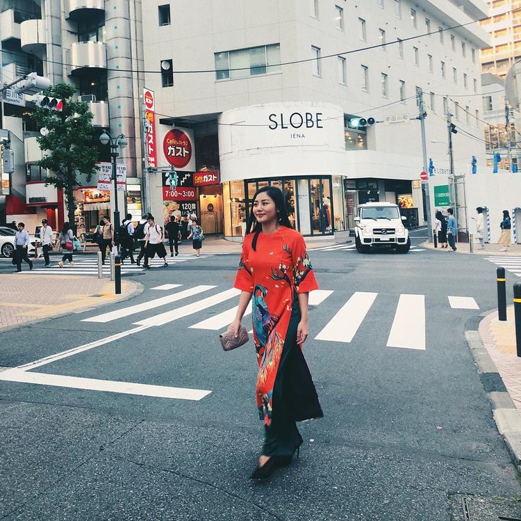 Tà áo dài cách tân với gam màu cam nổi bật là sự lựa chọn của Văn Mai Hương khi du hí tại Nhật Bản.