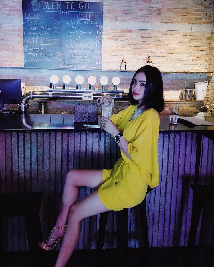 Phương Trang (em gái Angela Phương Trinh) lại trông khá già dặn với chiếc váy vàng ôm sát cùng kiểu trang điểm đậm, chẳng hề phù hợp với lứa tuổi của cô.