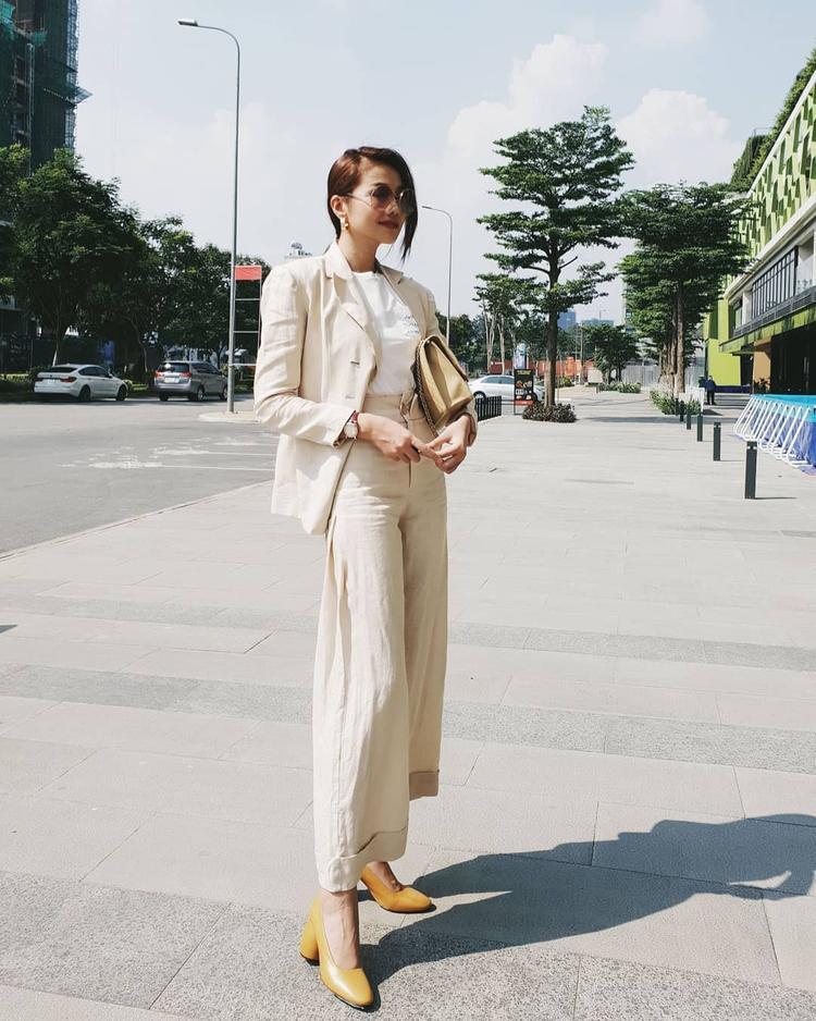 Thanh Hằng tiếp tục chứng tỏ gu thời trang đẳng cấp khi diện cả cây trang phục màu beige, chất liệu vải cotton thoáng mát.